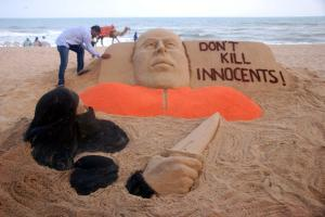 Renowned sand artist Sudarsan Pattnaik condemns beheading of American journalist James Foley by ISIS militants in Iraq through his art at Puri beach on Aug 21, 2014. (Photo: IANS)